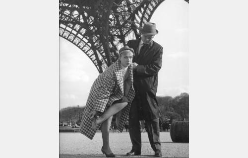 Liisa Lahtinen (Elina Pohjanpää) ja Kaarlo Kaski (Leif Wager) Pariisissa. Eiffel torni.