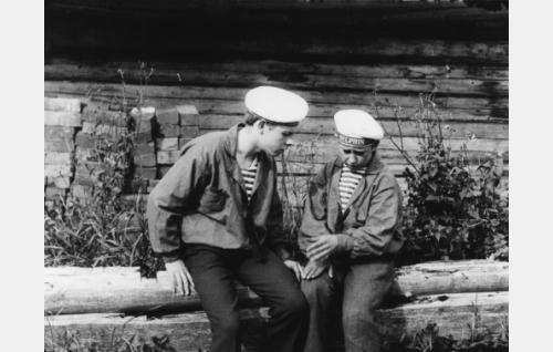 Koivumäen Olli (Alfred Idström, oik.) ja hänen luotettava toverinsa Ränni Pelle (Aarne Nyman).