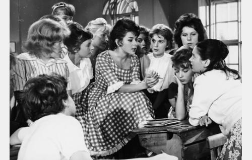 Tyttökoululaisia: keskellä ruudullisessa mekossa Pirkko Mannola, hänestä oikealle Leila Wallenius, Leila Väyrynen, Lena Ressler, jonka takana Anja Saikkonen, ja Liana Kaarina.