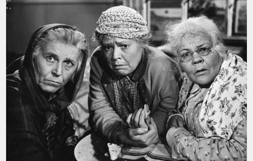 Kunnalliskodin kunniamummot Tiina (Liisa Pakarinen), Akviliina (Elsa Turakainen) ja Miina (Elna Hellman).