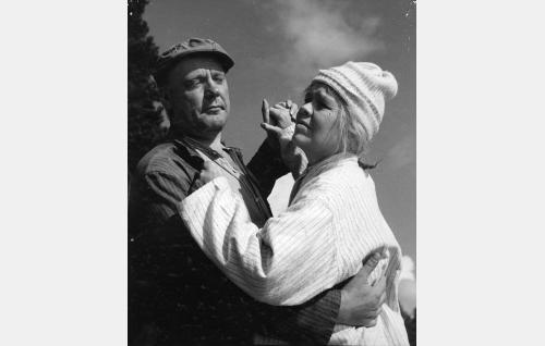 Alpertti (Eero Roine) ja Akviliina (Elsa Turakainen).