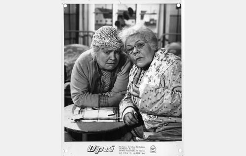 Kunnalliskodin kunniahuoneen asukkaat Akviliina (Elsa Turakainen, vasemmalla) ja Miina (Elna Hellman).