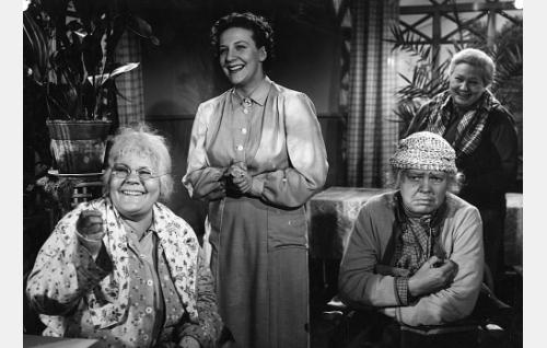 Miina (Elna Hellman), kunnalliskodin johtajatar Laine (Sylvi Salonen), Akviliina (Elsa Turakainen) ja Opri (Rakel Laakso).