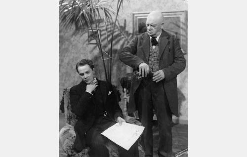 J. Alfred Tanner (Sakari Halonen) ja hänen säestäjänsä S. Juurioja (Aku Korhonen).