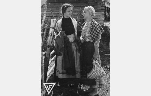 Ukonniemen Katri (Martta Kontula) ja hänen sisarensa Leena (Aili Tikka).
