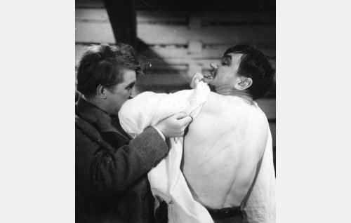 Ruuhiniemen Santeri (Kaarlo Kytö) ja hänen veljensä Iivari (Hemmo Airamo).