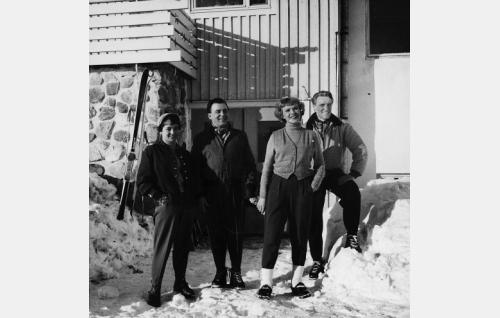 Katriina Sirkkunen (Anneli Sauli), Timo Vaski (Olavi Virta), Irmeli Laavu (Tuija Halonen) ja Riku Sundman (Åke Lindman).