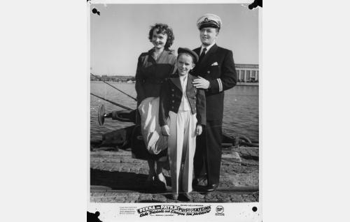 Sihteeri Anna-Liisa Raikas (Eila Peitsalo), Otto (Risto Jussila) ja hänen isänsä perämies Antti Markkanen (Olavi Virta).