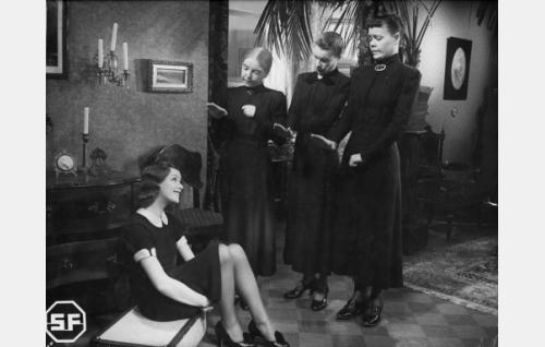 Istumassa Raili Wirma (Sirkka Sipilä), seisomassa tädit (Henny Waljus, Verna Piponius ja Elsa Turakainen).