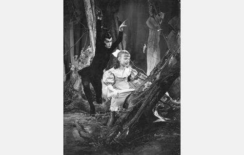 Ristilukki (Maj-Lis Rajala) ja satua seuraava pikkutyttö Sulka (Hillevi Saari).