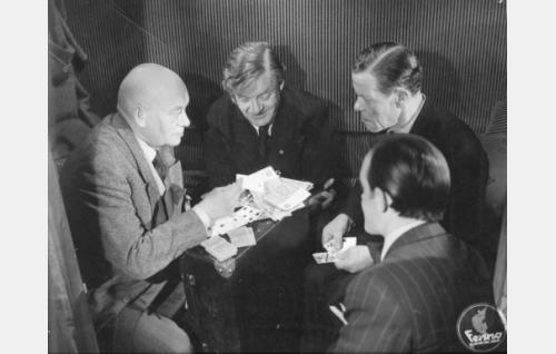 """Vasemmalta toimittaja Hugo Auvonen (Aku Korhonen), liikemies Fjalar Lindström (Sven Relander), kauppias Ossi Lintunen (Aku Peltonen) ja """"johtaja"""" Kaukomieli Latvanen (Emil Vinermo)."""