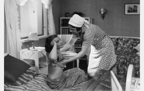 pikku myyjätär (Martta Kontula), Mari, palvelijatar (Siiri Palmu)