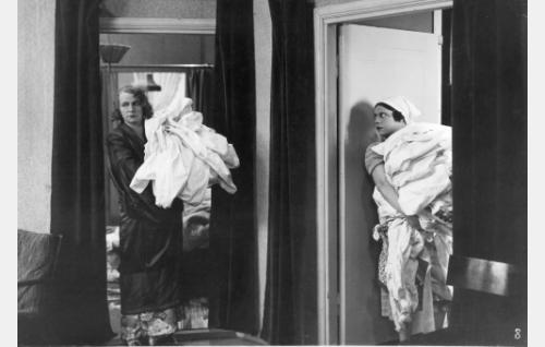 Rouva (Hilja Jorma) ja palvelijatar Mari (Siiri Palmu) kokoavat Keinäsen perheen liinavaatepyykit pestäväksi.