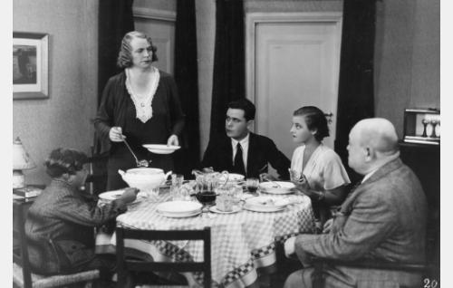 Keinäsen perhe aterialla. Vasemmalta Juhani (Juhani Turunen), äiti (Hilja Jorma), alivuokralainen Jaakko (Eero Eloranta), Elsa (Ellen Parviainen) ja isä (Heikki Välisalmi).
