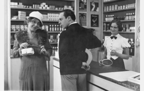 Rohdoskaupan asiakkaina Ella Eronen ja Kaarlo Angerkoski, myyjättärenä Martta Kontula.
