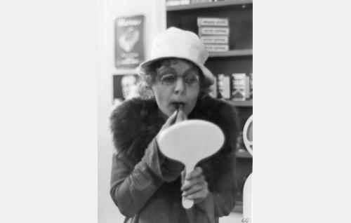 Ella Eronen rohdoskaupan asiakkaana valitsee suutelon kestävää huulipunaa.