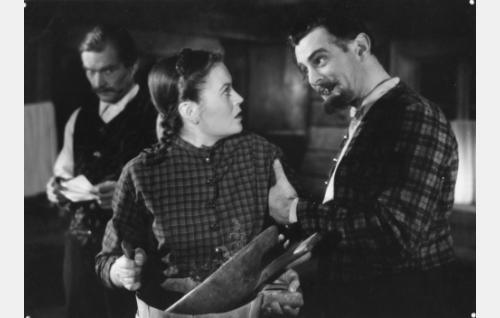Otto von Holten (Tauno Palo) on iskenyt silmänsä Pimeänpirtin Hanniin (Irma Seikkula). Vasemmalla Hannin isä Kalle Aukustinpoika (Kaarlo Aavajoki).