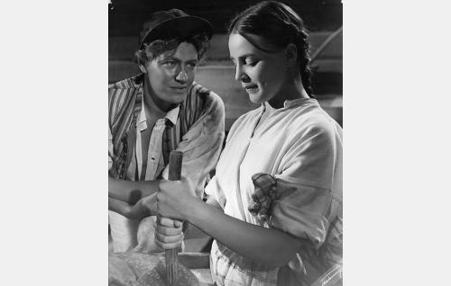 Heikkilän Martti (Sakari Jurkka) ja Sikalan piika Maria (Leena Häkinen).