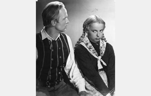 Natuskan nuori isäntä Juha (Kosti Klemelä) ja Regina Tuomaantytär (Eila Peitsalo).