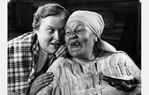 Natukan leskiemäntä Susanna (Elsa Rantalainen) ja Läpikäytävän Henna (Elna Hellman).