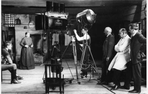 Oiva Soinin ja Mimmi Lähteenojan kohtausta kuvataan. Kameran takana kuvaaja Frans Ekebom, hänestä oikealle kuvauksia seuraamaan saapunut kirjailija Artturi Järviluoma, ohjaaja Jalmari Lahdensuo ja apulaisohjaaja Martti Tuukka.