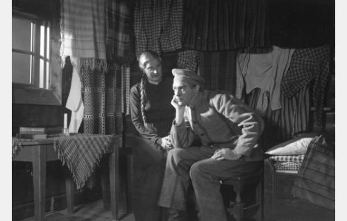 Harrin Maija (Irja Aholainen) ja vanki Antti Hanka (Jorma Nortimo) Maijan aitassa.