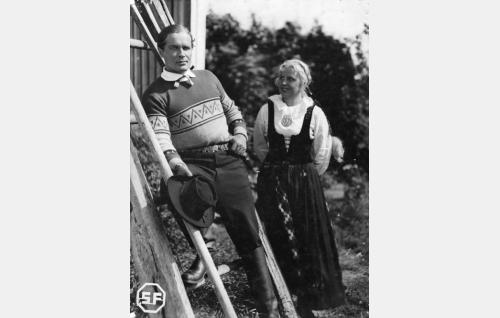 Jussi (Eino Kaipainen) ja Liisa (Laila Rihte).