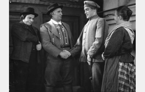 Antti on tuotu vankikyydillä Harriin. Vasemmalla vanginkuljettaja Koljola (Toivo Suonpää), Harrin isäntä (Iivari Tuomisto), Antti Hanka (Jorma Nortimo) ja Kaisa (Siiri Angerkoski).
