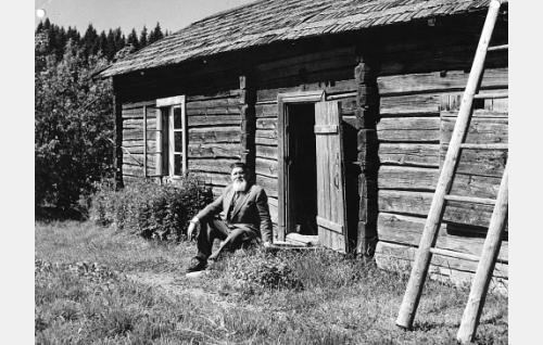 F.E. Sillanpää syntymämökkinsä Myllykolun rappusilla.