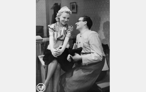 Tarjoilijatar Liisa (Annakaarina) ja Jopi (Joel Rinne).