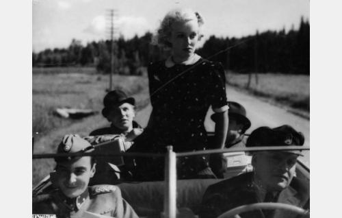 Keskellä istuu Helena Kara. Muut vasemmalta: Ville Salminen, Kullervo Kalske, Hugo Hytönen ja Ossi Elstelä.