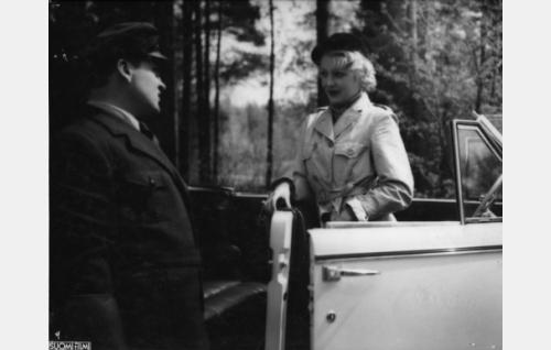 """Jaska, Teräksen autonkuljettaja (Ossi Elstelä) ja Katariina Malmi, """"Kati"""" (Helena Kara)"""