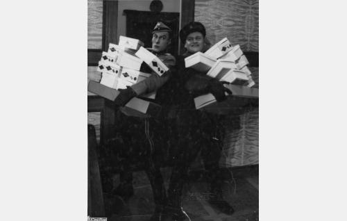 ratsumestari Osmo Neva  (Ville Salminen) ja Jaska, Teräksen autonkuljettaja (Ossi Elstelä)