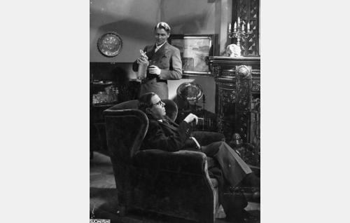 parooni Klaus von Bartel (Kullervo Kalske) ja lääkäri Olli Parmas (Hugo Hytönen)