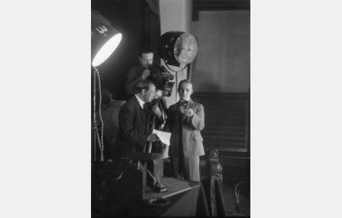 Kurt Jäger kuvaa Armas Fredmanin avustamana näyttelijä Rurik Ekroosin kelloa. Etualalla apulaisohjaaja Carl Fager.