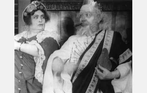 Jumalten hallitsija Zeus (Emil Lindh) ja hänen puolisonsa, oikeuden jumalatar Hera (Kirsti Suonio) Olympon saleissa.
