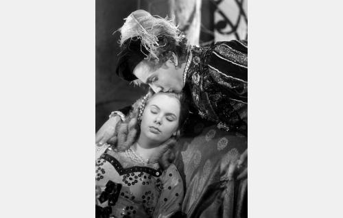 Prinssi Florestan (Martti Katajisto) herättää prinsessa Ruususen (Tuula Usva).