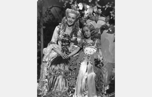 Kuningatar (Mirjam Novero) ja 5-vuotias prinsessa Ruusunen (Pikku-Annika).
