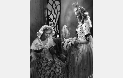 Kehrääjä-Liisa (Elsa Turakainen) ja prinsessa Ruusunen (Tuula Usva).