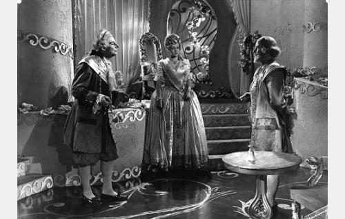 Hovimarsalkka (Jalmari Rinne), kuningatar (Mirjam Novero) ja kuningas (Aarne Laine).