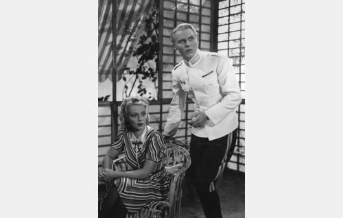 Kauppaneuvoksen tytär Irja Mähönen (Helena Kara) ja ratsumestari Osmo Kyrö (Kullervo Kalske).