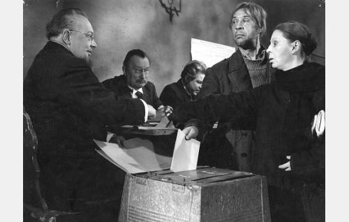 Topi (Holger Salin) ja Riika (Liisa Nevalainen) hartaina vaalipaikalla.