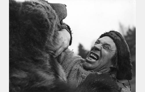 Topi Romppanen (Holger Salin) taistelee karhun kanssa. Elokuvassa karhua näytteli Sirkus Sariolan Pipsa-karhu, loppukohtauksessa karhuna esiintyy kuitenkin lavastaja Ensio Suominen.