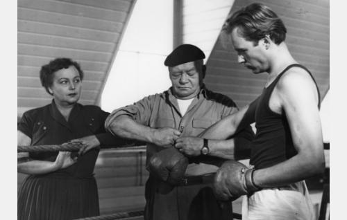 Tuula Harkko (Sylva Rossi), valmentaja Harkko (Aku Korhonen) ja Vieno (Matti Oravisto).