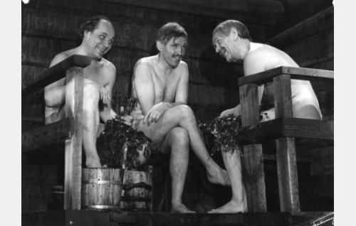 Pekka Turunen (Uljas Kandolin), Aapeli Kasurinen (Leo Riuttu) ja Simo Piiroinen (Arvo Lehesmaa) saunovat.