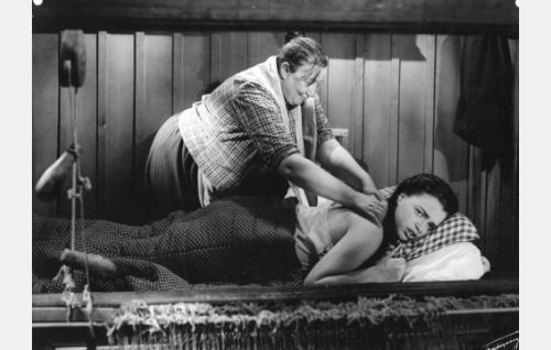 Piipariska (Rakel Laakso) hieroo Annastiina Piiroisen (Leena Häkinen) kipeätä selkää.