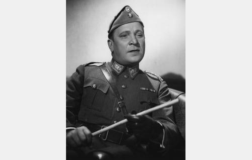 Eversti Erkki Kallio (Uuno Laakso).