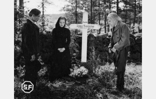 Rantasuon nuori Taavetti (Eino Kaipainen, emäntänsä Maija  (Ansa Ikonen) ja Rantasuon vanha Taavetti (Hugo Hytönen).