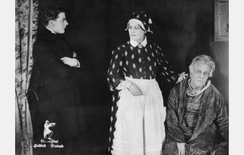 Pappi Richard von Dahlen (Joel Rinne), Lisette (Naimi Kari) ja parooni Drakenhjelm (Adolf Lindfors).