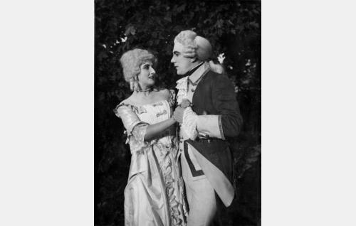 Elokuvan takaumajaksossa suvultaan salaa naimisiin menneet Ebba Reutercrona (Catherine Will) ja paroni Gustaf Drakenhjelm (Einar Rinne).